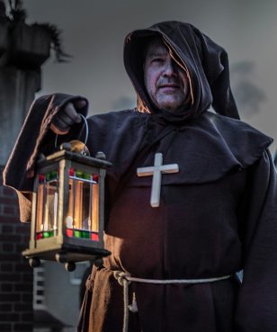 Der Franziskanermönch Honorius Hellweg wartet zur Nachtzeit im Jahre 1761 auf seine Gäste.